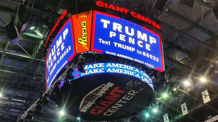 10 000 personnes sont venues acclamer Donald Trump à la patinoire de Hershey, en Pennsylvanie, le vendredi 4 novembre 2016. (FRANCEINFO / BENJAMIN ILLY)