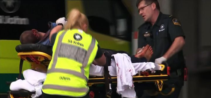 Une victime arrive à l'hôpital après la fusillade dans deux mosquées de Christchurch,en Nouvelle-Zélande, vendredi 15 mars 2019. (TV NEW ZEALAND / AFP)