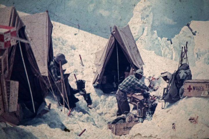 Une photo, prise par le réalisateur allemand Hans Ertl en juillet 1953, montre des alpinistes bivouaquantsur le Nanga Parbat (Pakistan). (MAXPPP)