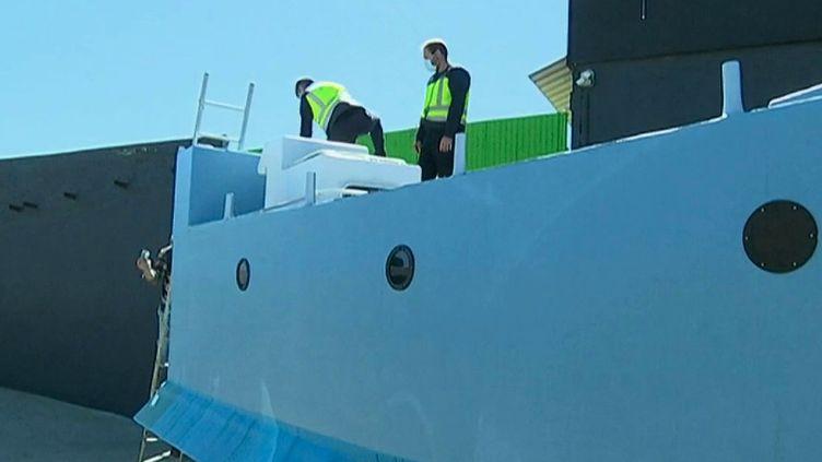 Les trafiquants ne manquent pas d'imagination. Les policiers espagnols ont en effet mis la main sur un immense sous-marin passeur de drogue à Malaga. L'engin fait environ neuf mètres et contenait trois tonnes de cocaïne. (France 2)