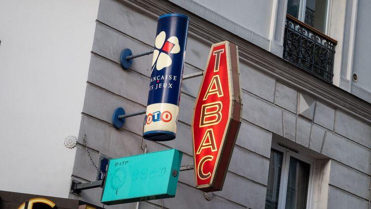 L'enseigne de la Française des Jeux au-dessus d'un bureau de tabac, à Paris, en janvier 2021. (RICCARDO MILANI / HANS LUCAS / AFP)