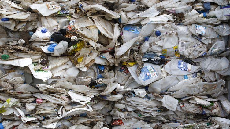 Un container rempli de déchets en plastique provenant d'Australie attend d'être renvoyé dans son pays d'origine, le 28 mai 2019, àPort Klang (Malaisie). (ADLI GHAZALI / ANADOLU AGENCY / AFP)