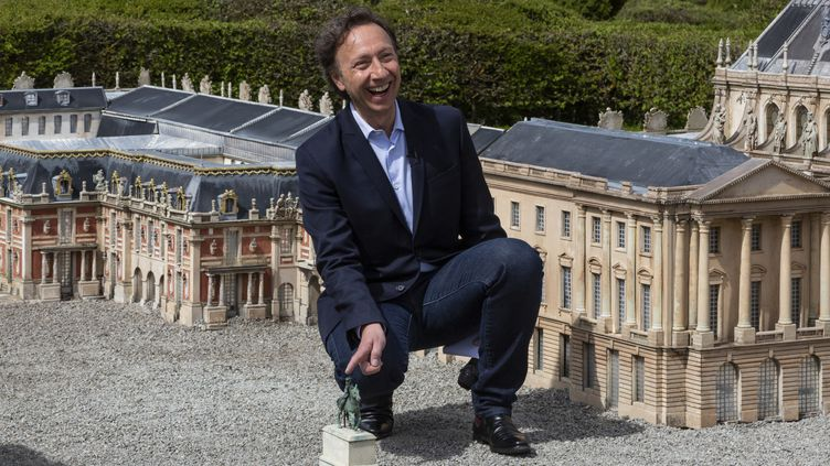 """Stéphane Bern, au milieu du patrimoine de""""France Miniature"""" à Elancourt (Yvelines) en avril 2018.  (CAROLINE PAUX / CROWDSPARK)"""
