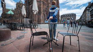 Une table d'une terrasse de restaurant nettoyée avec un produit anti Covid-19 à Strasbourg (Bas-Rin). Photo d'illustration.  (PATRICK HERTZOG / AFP)