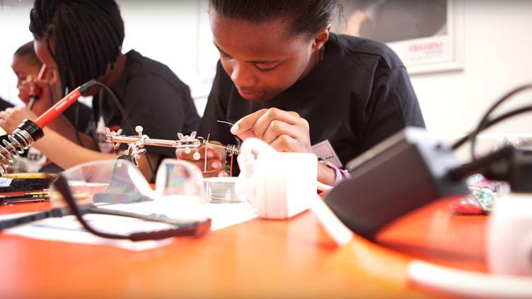 Atelier soudure, au Cap, pour les jeunes fillesqui participent au projet de lancement du premier satellite privé africain. (MEDO)