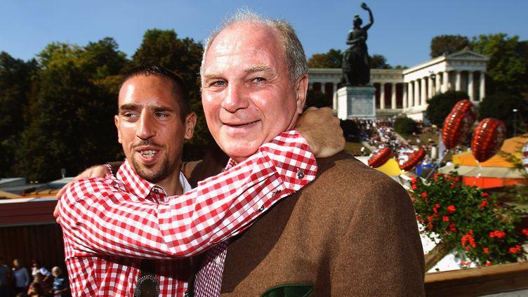 Franck Ribéry (à gauche) avec Uli Hoeness.  (ALEXANDER HASSENSTEIN / POOL)