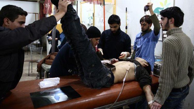 Un blessé syrien dans un centre de santé après un raid aérien sur la localité de Douma, bastion rebelle à l'est de Damas, le 16 janvier 2016. (AFP/ Abd Doumany )