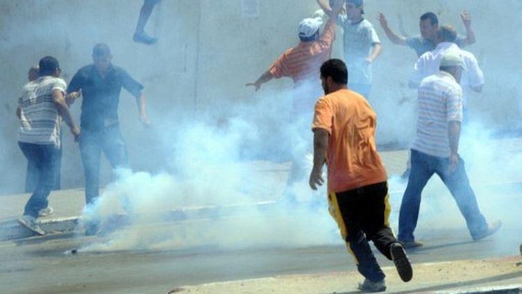 Affrontements entre forces de sécurité tunisiennes et des manifestants, vendredi 15 Juillet 2011 à La Kasbah à Tunis (AFP PHOTO / KHALIL)