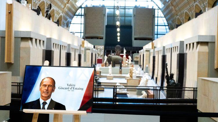 Une photo de Valéry Giscard d'Estaing a été installée au Musée d'Orsay, à l'occasion du jour de national qui lui est consacré, mercredi 9 décembre 2020. (SANDRINE MARTY / HANS LUCAS / AFP)