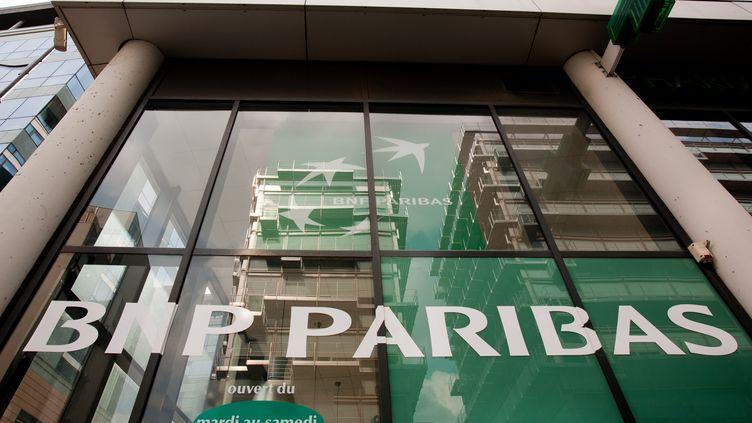 L'entrée d'une banque BNP Paribas à Paris, le 14 avril 2012. (LOIC VENANCE / AFP)