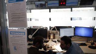 Des journalistes discutent dans la salle de rédaction de TV5Monde, le 9 avril 2015, à Paris, après une cyberattaque contre la chaîne internationale francophone. (THOMAS SAMSON / AFP)