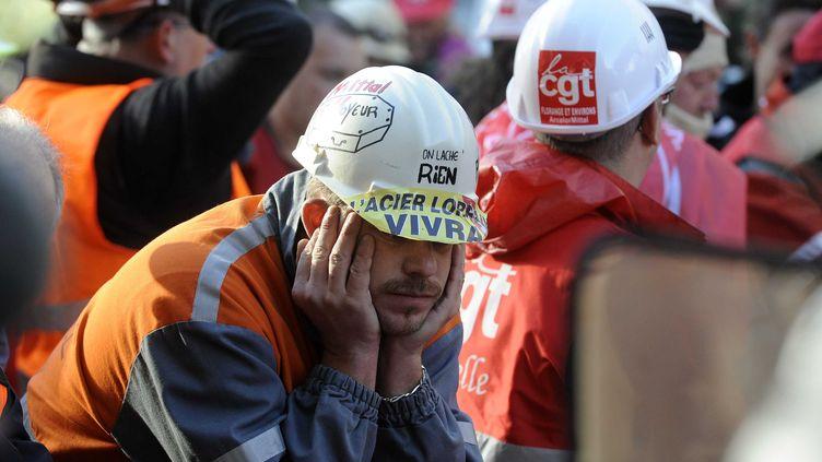 Des salariés du site de Florange d'ArcelorMittal manifestent devant le Comité d'établissement à Metz (Moselle), le 2 octobre 2012. (EMILE POL / SIPA)