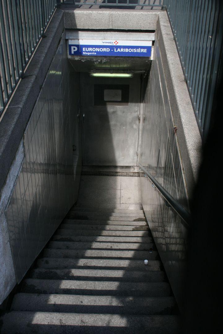 L'entrée du parking utilisés par les toxicomanes, dans le 10e arrondissement de Paris. (FRANCETV INFO)