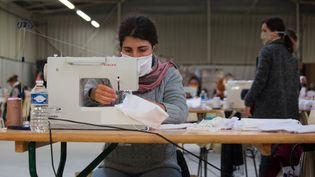 A la Teste de Buch, en Gironde, une entreprise de fabrication produit près de 25 000 masques de protection par jour pour faire face à la pénurie. (LAURENT PERPIGNA IBAN / HANS LUCAS / AFP)