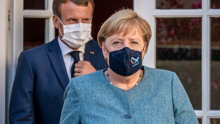 Le président français, Emmanuel Macron, et la chancelière allemande, Angela Merkel, lors d'une conférence de presse commune au Fort de Brégançon, à Bormes-les-Mimosas (Var), le 20 août 2020. (MICHAEL KAPPELER / DPA / AFP)