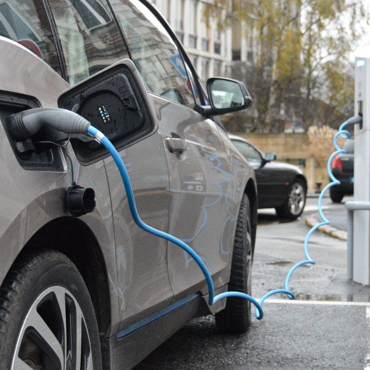 Une voiture électrique branchée à une borne de rechargement, en novembre 2015. (MAXPPP)