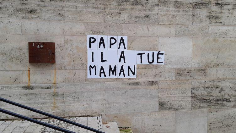 Un collage dans le quartier des Halles à Orléans pour dénoncer les féminicides. (ANNE OGER / FRANCE BLEU ORLÉANS / RADIO FRANCE)