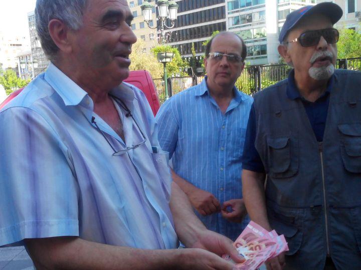 Un retraité s'indigne des 120 euros retraite qu'il a pu toucher mercredi 1 juillet à Athènes. (ELISE LAMBERT/FRANCETV INFO)