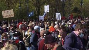 Allemagne : des milliers de manifestants protestent contre le durcissement des restrictions (FRANCE 2)