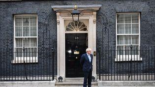 Le nouveau Premier ministre britannique, Boris Johnson, devant sa résidence londonnienne de Downing Street, le 5 septembre 2019. (DANIEL LEAL-OLIVAS / AFP)