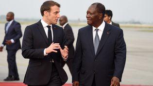 Les présidents Français Emmanuel Macron et ivoirien Alassane Ouattara à Abidjan le 20 décembre 2019. Allassane Ouattara a annoncé, en tant que représentant des chefs d'état de l'UEMOA, la fin du franc CFA en 2020. (SIA KAMBOU / AFP)
