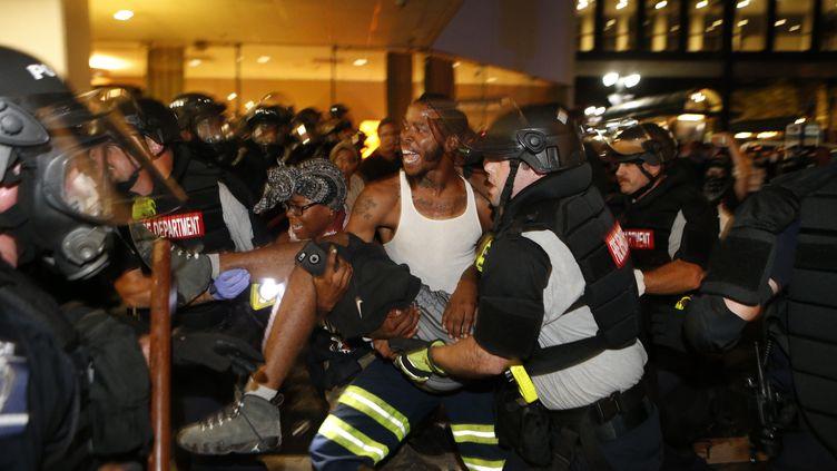 Le manifestant grièvement blessé transporté, à Charlotte (Caroline du Nord), le 21 septembre 2016. (BRIAN BLANCO / GETTY IMAGES NORTH AMERICA / AFP)