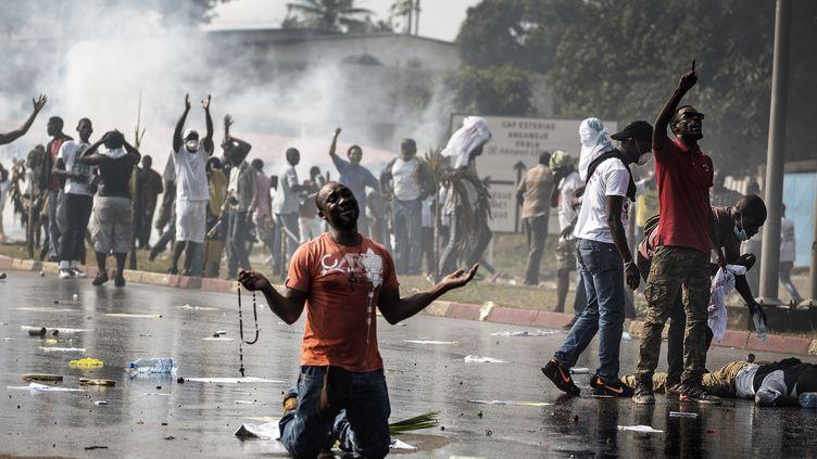 Un manifestant de l'opposition faitface aux forces de sécurité à Libreville (Gabon), le 31 août 2016 (MARCO LONGARI / AFP)