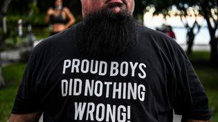 """Un supporteur de Donald Trump arbore un t-shirt à l'honneur des """"Proud Boys"""", le 15 octobre 2020 à Miami (Etats-Unis). (CHANDAN KHANNA / AFP)"""