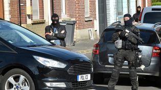 Des policiers de l'unité antiterroriste et de la DGSI à Wattignies (Nord), où un homme a été arrêté le 5 juillet 2017. (DENIS CHARLET / AFP)