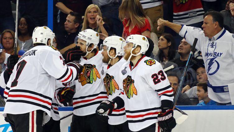 Les Chicago Blackhawks lors de leur victoire dans le match N.5 de la Coupe Stanley. (BRUCE BENNETT / GETTY IMAGES NORTH AMERICA)