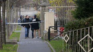 La police enquête aux alentours de l'école Jean Perrin à Aubervilliers (Seine-Saint-Denis), le 14 décembre 2015. (JACQUES DEMARTHON / AFP)