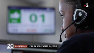 Une employée d'une centrale d'appel àAntananarivo (Madagascar). (FRANCE 2)