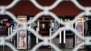 Des grilles devant le cinéma RIALTO fermé de Nice en novembre 2020. (ARIE BOTBOL / HANS LUCAS)