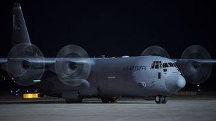 Un avion de l'armée américaine transpotant des réfugiés afghansse pose à l'aéroport de Pristina, au Kosovo, le 29 août 2021. (ARMEND NIMANI / AFP)