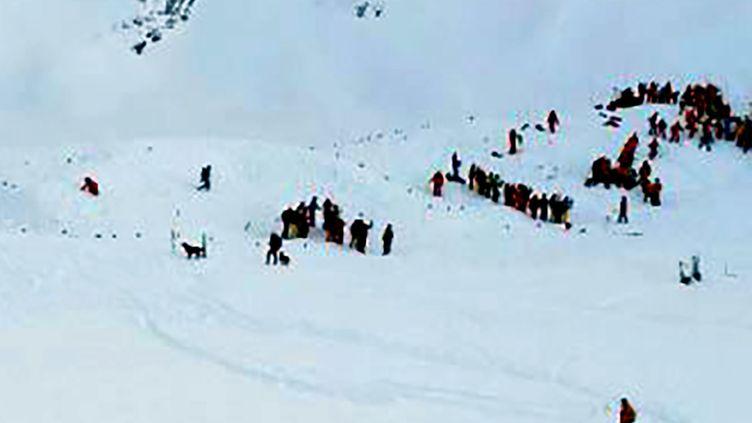 Les opérations de secours interviennent sur le site de l'avalanche aux Deux Alpes, le 13 janvier 2016. (STRINGER / AFP)
