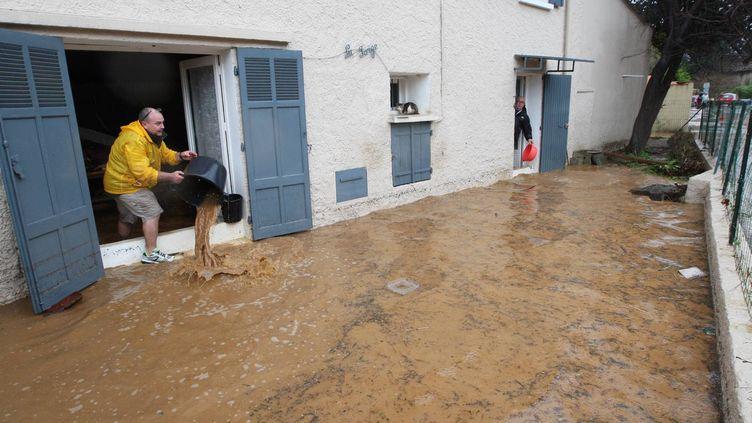 Des habitants du Var évacuent l'eau qui envahit leur maison, le 19 janvier 2014. (  MAXPPP)