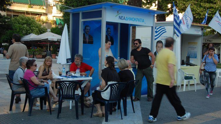 Cinq jours avant le scrutin du 17 juin, l'après-élection est au coeur des discussions, au kiosque de la Nouvelle démocratie dans la banlieue d'Athènes. (JULIE RASPLUS / FTVI)