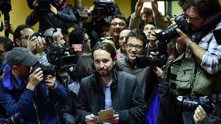 Le leader du parti Podemos, Pablo Iglesias, vote aux élections législatives espagnoles à Madrid, le 20 décembre 2015. (PIERRE-PHILIPPE MARCOU / AFP)