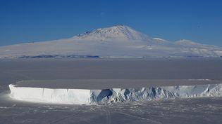 Le mont Erebus sur l'île de Ross, en Antarctique. (MARK RALSTON / AFP)