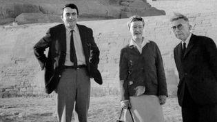 Claude Lanzman, Simone de Beauvoir et Jean-Paul Sartre au pied des pyramides le 4 mars 1967  (AFP)