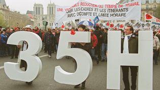 Une manifestation de cadres pour réclamer un décompte horaire de leur temps de travail dans le cadre de la loi sur les 35 heures, le 24 novembre 1999 à Paris. (DANIEL JANIN / AFP)