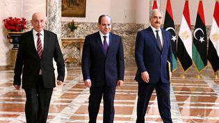 Le président égyptien Abdel Fattah al-Sissi (au centre), en compagnie du maréchal libyen Khalifa Haftar (à droite) et du président du Parlement libyen Aguila Saleh, en marge d'une conférence de presse au Caire le 6 juin 2020. (AFP-Présidence égyptienne)