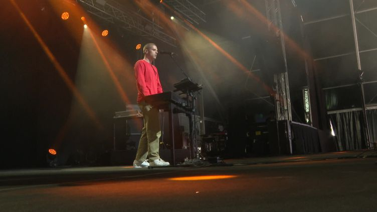 Le chanteur Hervé sur la scène du festival des Grandes Marées (France 3 Normandie)