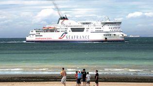 Un navire de la compagnie de ferriesSeaFrance, près de Calais (Pas-de-Calais), le 21 juillet 2010. (DENIS CHARLET / AFP)