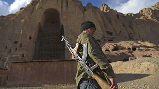 Un policier patrouille sur le site des statues des Bouddhas de Bamiyan (Afghanistan),le 3 mars 2021. (WAKIL KOHSAR / AFP)