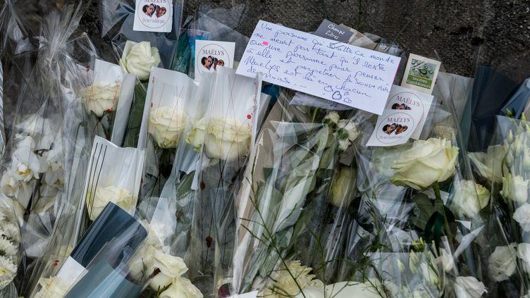 Des roses blanches, déposées lors des funérailles de Maëlys, le 2 juin 2018 à La Tour-du-Pin (Isère). (NICOLAS LIPONNE / NURPHOTO)