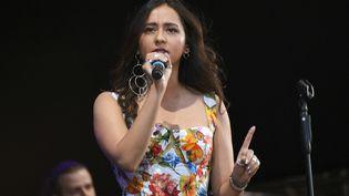La chanteuse tadjike Manija (Manizha en anglais) et militante pour les droits des femmes et des réfugiés, sur scène en juin 2018. (MAKSIM BLINOV / SPUTNIK / AFP)