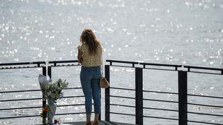 Une femme près de l'endroit où le corps de Steve a été découvert à Nantes. (LOIC VENANCE / AFP)