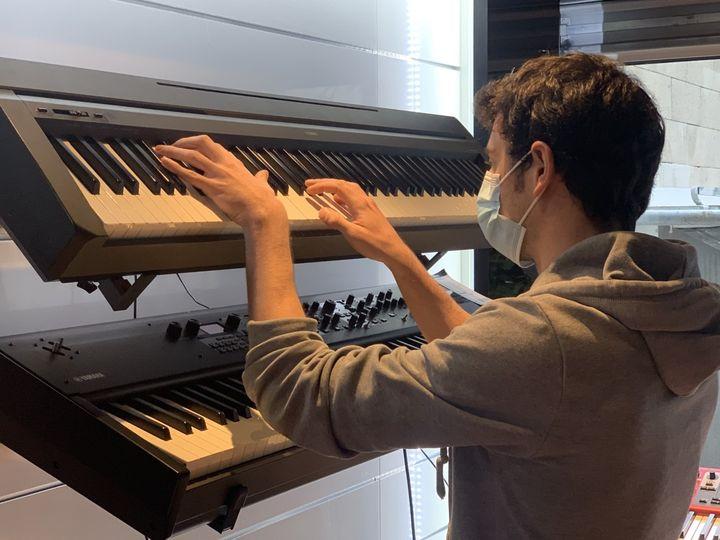 Un piano numérique, l'un des instruments qui a connu un fort succès depuis le début de la crise sanitaire. (MATHILDE VINCENEUX / RADIO FRANCE)