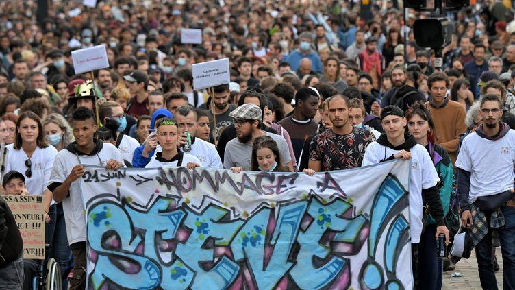Des manifestantslors d'une marche en hommage à Steve Maia Caniço, à Nantes (Loire-Atlantique), le 21 juin 2021. (LOIC VENANCE / AFP)